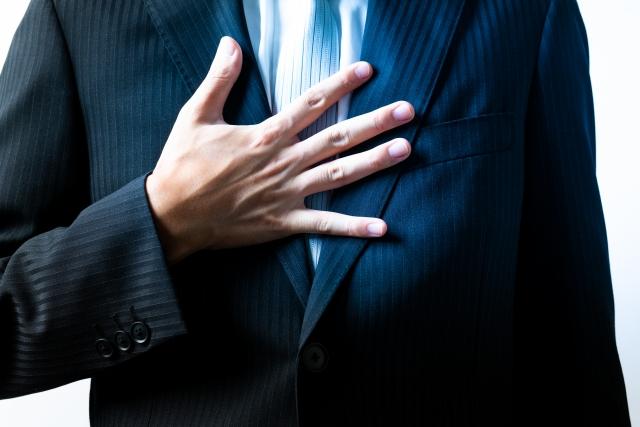胸に手を当てるビジネスマン