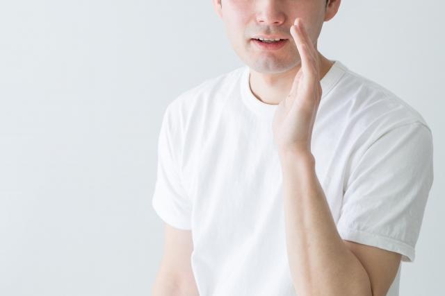 コソコソしゃべる男性