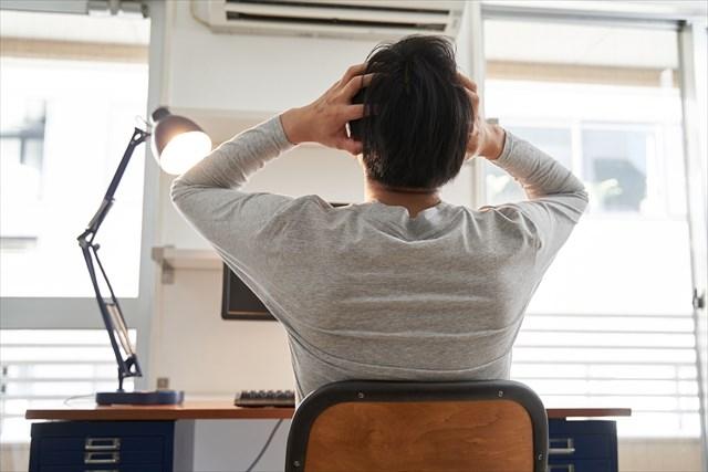 在宅勤務で頭を抱える男性