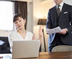 仕事を断る女性