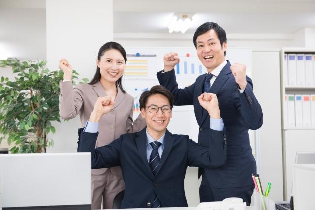 笑顔の会社員たち